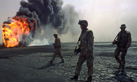 Iraq-US-marines-walk-pass-oilWelllburning