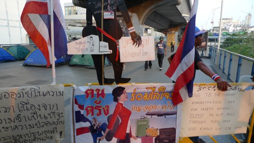 thai-3-thugs-protesters-blocking-elevated-public-sidewalks-e1390963119332
