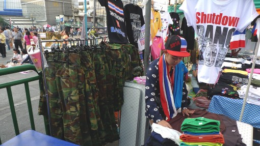 thai-7-selling-military-pants-to-protesters-e1390963208590