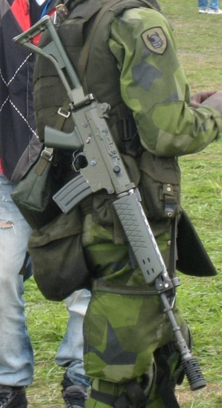 Swedish soldier carrying an AK 5. (Shisa. (CC By GNU Documentation)