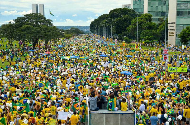 Protesters go to National Congress Palace denouncing corruption and for the departure of President Dilma Rousseff. (Agência Brasil Fotografias)