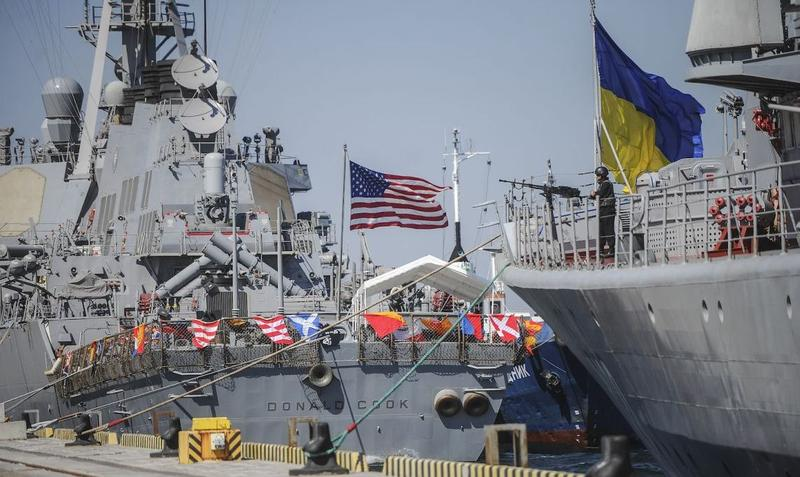 The Ukrainian Navy frigate Hetman Sahaidachnyi (R) and US Navy missile destroyer Donald Cook (DDG-75) are tied up during the seen in Odessa, 2015.