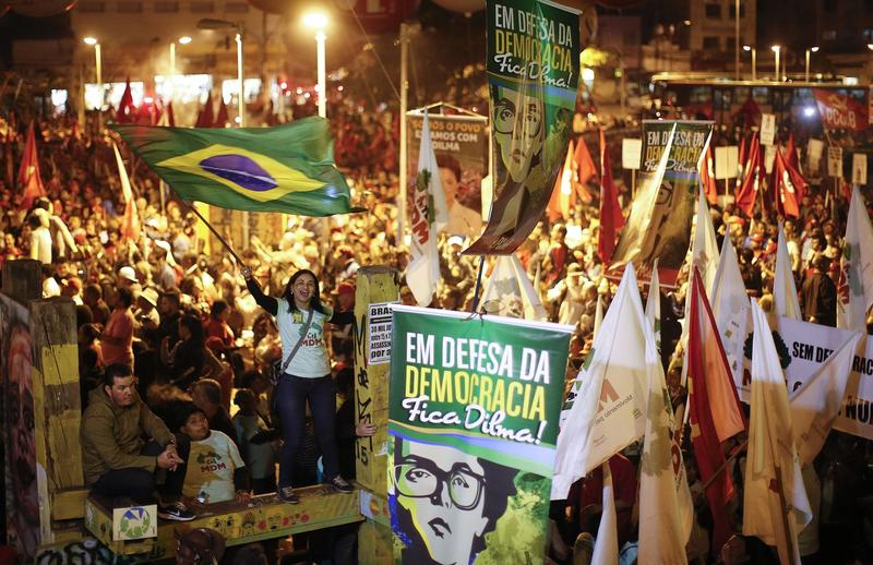 "Dilma supporters make a show of force. Support Dilma Fica Campaign -""O Brasil não aceitará mais um golpe em sua história! Vamos mostrar aonde está a verdadeira maioria!""  (""Brazil will not accept another coup..We're going to show where the real majority is."""