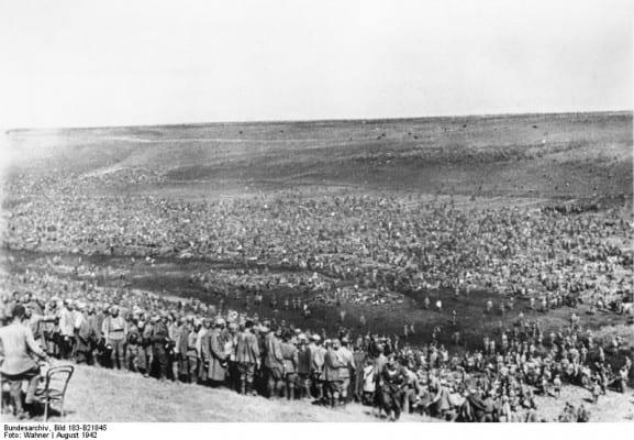Improvised Soviet POW camp, August 1942. (CC BY-SA 3.0 de)