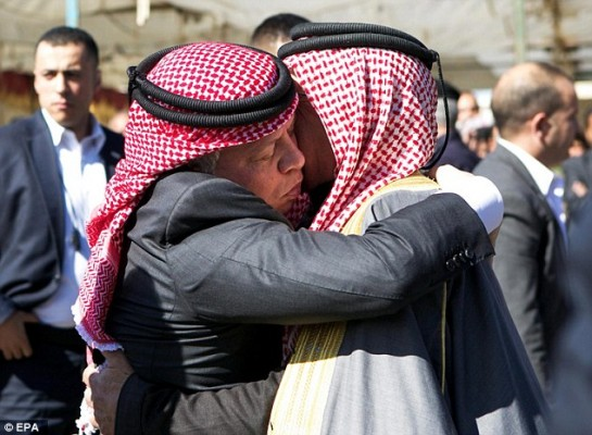 """Reports The Daily Mail: """"Jordan's King Abdullah II hugs Saif al-Kassasbeh, father of Jordanian pilot Moaz al-Kasasbeh, during a trip to the family's ancestral home. The King promised a 'harsh' revenge for Kasasbeh's brutal death."""" (Screen grab)"""