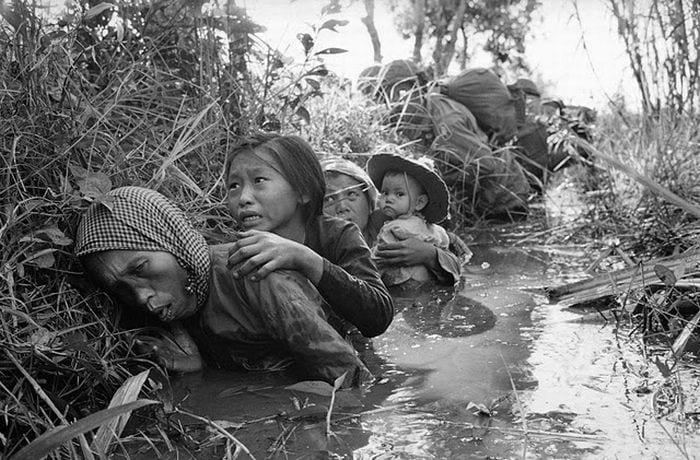 vietnam_war_16-panickedVietnamesePeasants