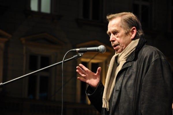 Václav_Havel_na_Václavském_náměstí_17._listopadu_2009c