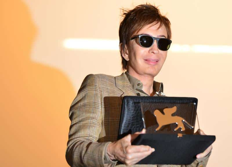 US film director Michael Cimino celebrates receiving the Persol Award 2012 during a ceremony at the 69th Venice Film Festival on August 30, 2012 at Venice Lido. AFP PHOTO / GABRIEL BOUYS