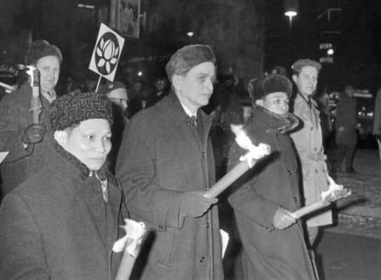 Olof Palme (second from left) marching against Vietnam War in 1968 with North Vietnams Ambassador to Moscow, Nguyen Tho Chan (far left). (Public Domain)