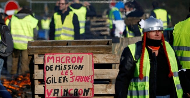 """A rebel checkpoint: """"Macron resign… The Yellow Vests will triumph!"""""""